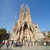 Sagrada Familia With Towers Fast Track Guided Tour with Entrance Fee and Official Guide